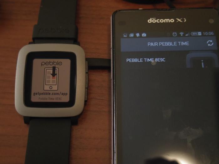 pebble timeのペアリング用画面。画面に識別記号が表示されていて、一致を確認してペアリングする