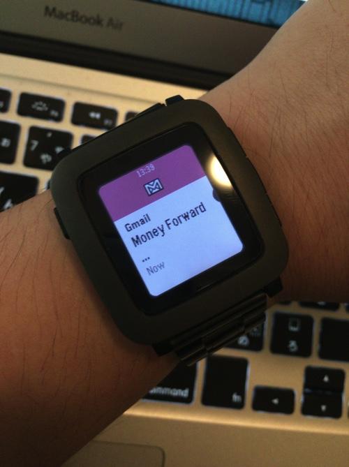 pebbleをiPhoneと同期させた例(Gmail)。ただし、メールによってもっと長く表示される場合もある